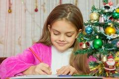 Flickan skriver nytt år Arkivfoton