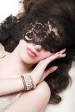 flickan snör åt maskeringen Royaltyfri Foto