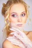 flickan snör åt maskeringsmunnen royaltyfri fotografi