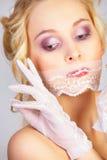 flickan snör åt maskeringsmunnen royaltyfria foton