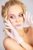 flickan snör åt maskeringsmunnen fotografering för bildbyråer