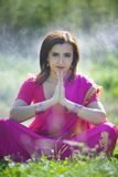 Flickan som är iklädd en sari av indisk kultur fotografering för bildbyråer