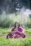 Flickan som är iklädd en sari av indisk kultur arkivfoton