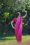 Flickan som är iklädd en sari av indisk kultur royaltyfri foto