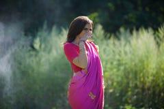 Flickan som är iklädd en sari av indisk kultur royaltyfri bild
