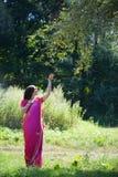 Flickan som är iklädd en sari av indisk kultur royaltyfri fotografi