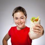 Flickan som äter den stora smörgåsen - fokusera på framdel Arkivfoton