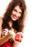 Flickan som öppnar den små röda gåvan, boxas isolerat Fotografering för Bildbyråer