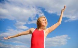 Flickan som behas med frihet, ser avkopplad bekymmerslös bakgrund för blå himmel lätt take Blont avslappnande för kvinna utomhus  arkivfoton