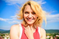 Flickan som behas med varmt solljus, ser avkopplad bakgrund för blå himmel Blekt hårsommaromsorg Koppla av för kvinnablondin arkivbild