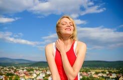 Flickan som behas med varmt solljus, ser avkopplad bakgrund för blå himmel Tagandeminutomsorg om din wellbeing och harmoni royaltyfri bild