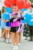 Flickan som cheerleading, rymmer ballonger Arkivfoton
