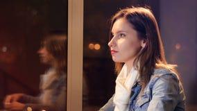 Flickan som dricker kaffe i kafét glidare Stående 4K arkivfilmer