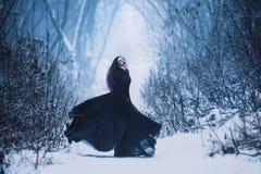 Flickan som en demon går bara royaltyfri foto
