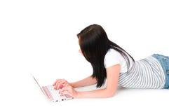 Flickan som fungerar på bärbar dator, isolerade Fotografering för Bildbyråer