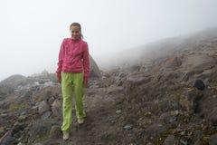 Flickan som går i majestätisk dimma Royaltyfri Foto