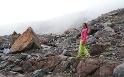 Flickan som går i majestätiska bergstenar Royaltyfri Foto