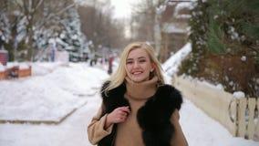 Flickan som går i snö-täckt, parkerar stock video