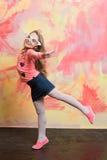 Flickan som gör flygsvalan, poserar Arkivfoto