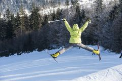 Flickan som hoppar på, skidar royaltyfri fotografi