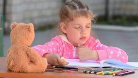 Flickan som intensivt målas, raderar radergummiblyertspennan i album lager videofilmer
