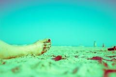 Flickan som kopplar av på stranden, stiliserade magentafärgat arkivbild