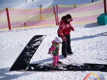 flickan som lärer skidar little, till Royaltyfri Bild