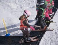 flickan som lärer skidar little, till Royaltyfria Bilder