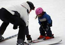 flickan som lärer skidar little, till Arkivfoto
