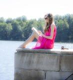 Flickan som läser en bok parkerar in, filmeffekt royaltyfri fotografi