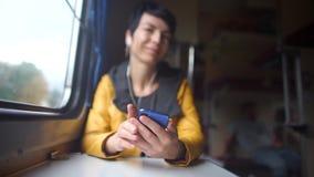 Flickan som lyssnar till hörlurar transporterar offentligt stock video