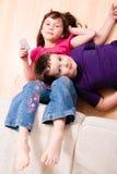 Barn som kyler på däcka Arkivfoton