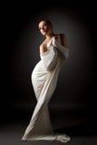 Flickan som poserar i åtsittande torkduk, gillar tvångströjan Royaltyfria Foton