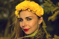 Flickan som poserar på kameran i sommar, hår, synar, händer, ögon, anda, förälskelse, känslor, sinnesrörelser, värme, passion Fotografering för Bildbyråer