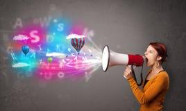 Flickan som ropar in i megafonen, och abstrakt begrepp smsar, och ballonger kommer Arkivbilder