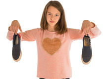 Flickan som rymmer den nya skon, och slitet skor ut royaltyfria bilder
