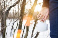 Flickan som rymmer ett kaffe, rånar Arkivfoton