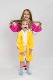 Flickan som rymmer hennes systrar, blöter hår royaltyfri bild