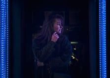 Flickan som ser LED, tänder, natten som är utomhus- Royaltyfria Bilder