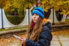Flickan som ser till plattan, läste nyheterna från arbete och tanke Royaltyfri Foto