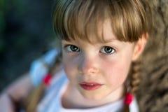 Flickan som ser upp Arkivfoto