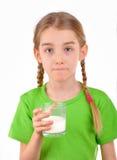 Flickan som smakar ett exponeringsglas av, mjölkar Arkivfoton