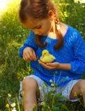 Flickan som spelar med, behandla som ett barn anden Fotografering för Bildbyråer