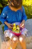 Flickan som spelar med, behandla som ett barn anden Royaltyfri Bild