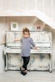 Flickan som spelar på pianot royaltyfri bild