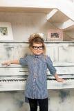 Flickan som spelar på pianot Arkivbild