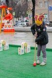 Flickan som spelar syrsan på rysk nationell festival`, Shrove ` på den Tverskoy boulevarden i Moskva Arkivbild