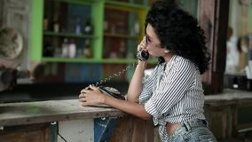 Flickan som talar på, ringer arkivfilmer