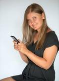 Flickan som texting med smart, ringer Arkivfoton