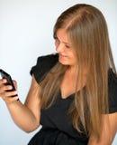 Flickan som texting med smart, ringer Royaltyfri Fotografi